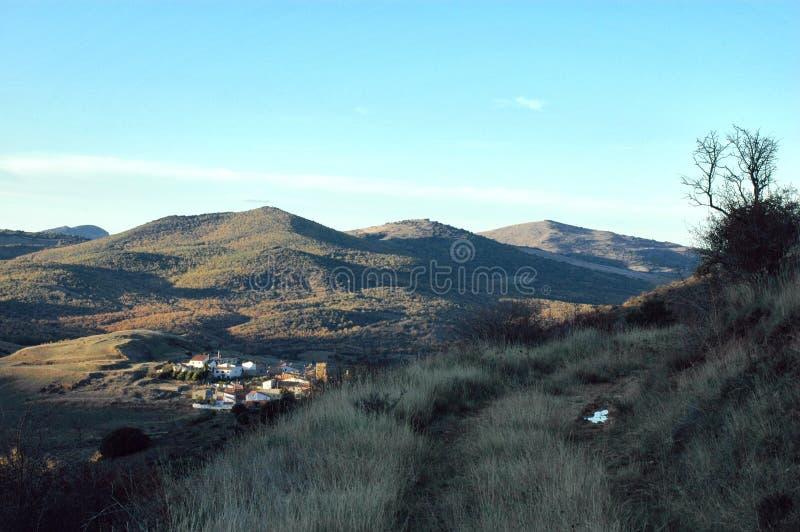 Ansicht von einem Hügel eines Dorfs lizenzfreie stockbilder