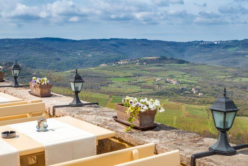 Ansicht von einem Restaurant in der historischen Stadt Motovun stockfotografie