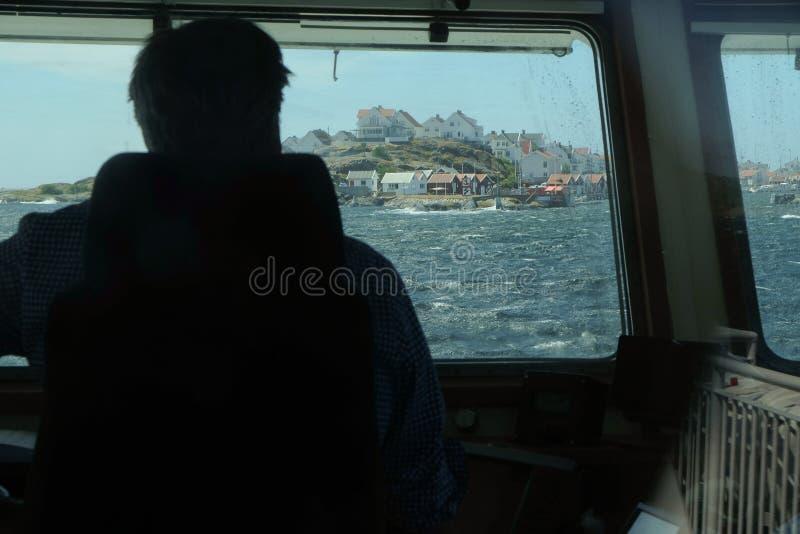 Ansicht von einem Schiff zu einer Insel lizenzfreie stockbilder