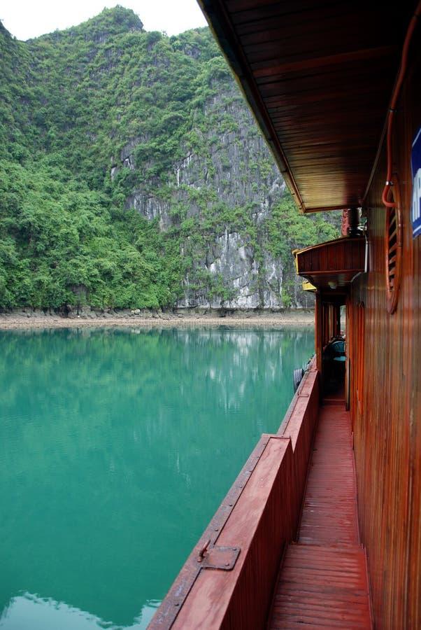 Ansicht von einem Trödelboot im ha-langen Schacht lizenzfreies stockbild