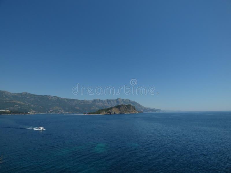 Ansicht von einer Spitze auf einem Meer kostete ner Budva-Stadt, Montenegro lizenzfreies stockfoto