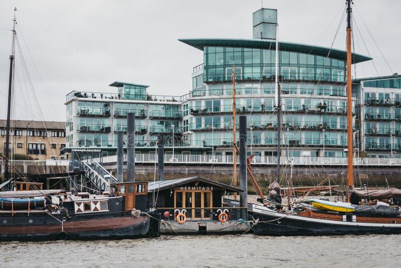 Ansicht von Einsiedlerei-Gemeinschaftsliegeplätzen in Wapping durch die modernen Wohnblöcke von der Themse, London, Großbritannie lizenzfreie stockbilder
