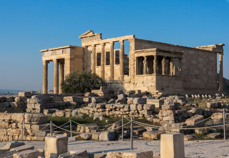 Ansicht von Erechtheion und Portal von Karyatiden auf Akropolise, Athen, Griechenland, gegen Sonnenuntergang lizenzfreie stockfotos