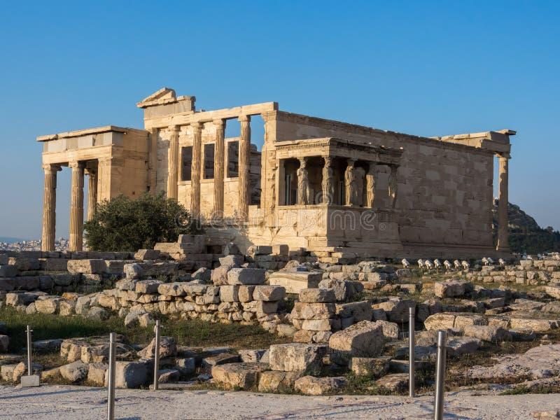 Ansicht von Erechtheion und Portal von Karyatiden auf Akropolise, Athen, Griechenland, gegen Sonnenuntergang stockbild