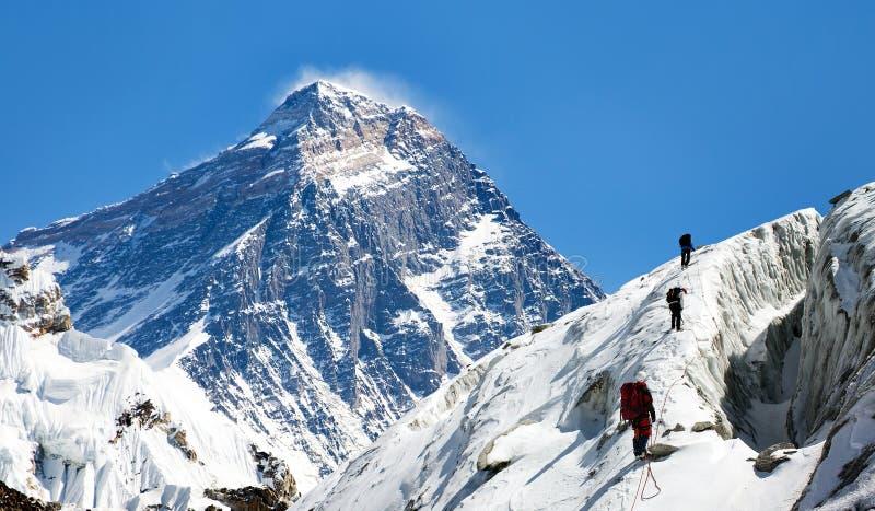 Ansicht von Everest von Gokyo-Tal mit Gruppe Bergsteigern stockbilder