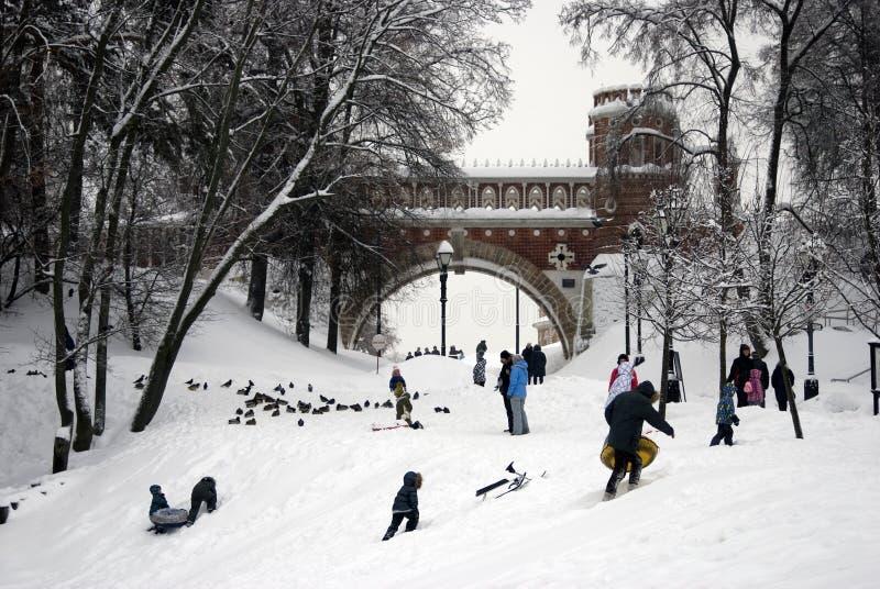 Ansicht von Figured Brücke in Tsaritsyno-Park Leute genießen Wintersport stockfotos