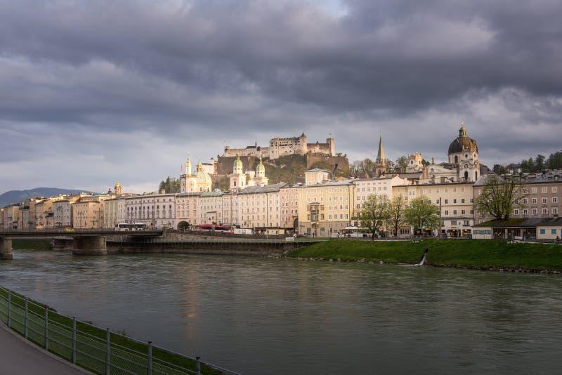 Ansicht von Fluss der Festung Hohensalzburg und Salzach in Salzburg stockfoto