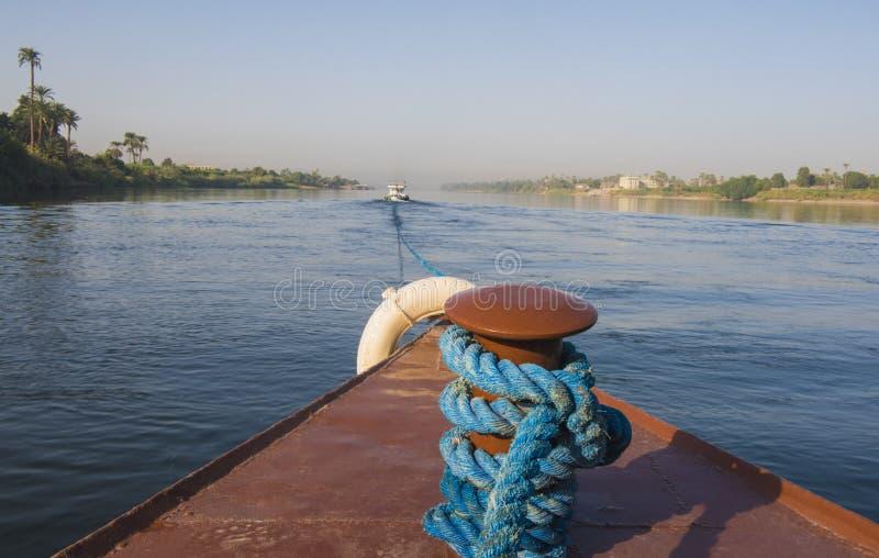 Ansicht von Fluss Nil in Ägypten vom Bogen des Luxuskreuzfahrtbootes lizenzfreie stockfotografie