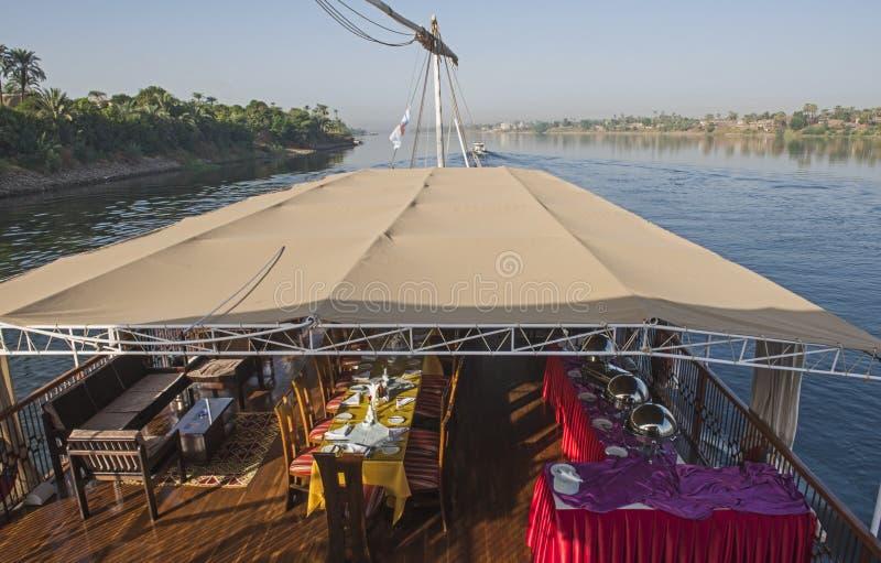 Ansicht von Fluss Nil in Ägypten vom Luxuskreuzfahrtboot lizenzfreies stockbild