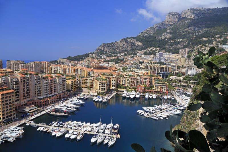 Ansicht von Fontvieille-Hafen mit den Booten und Yachten dargestellt im Fürstentum Monaco lizenzfreie stockbilder