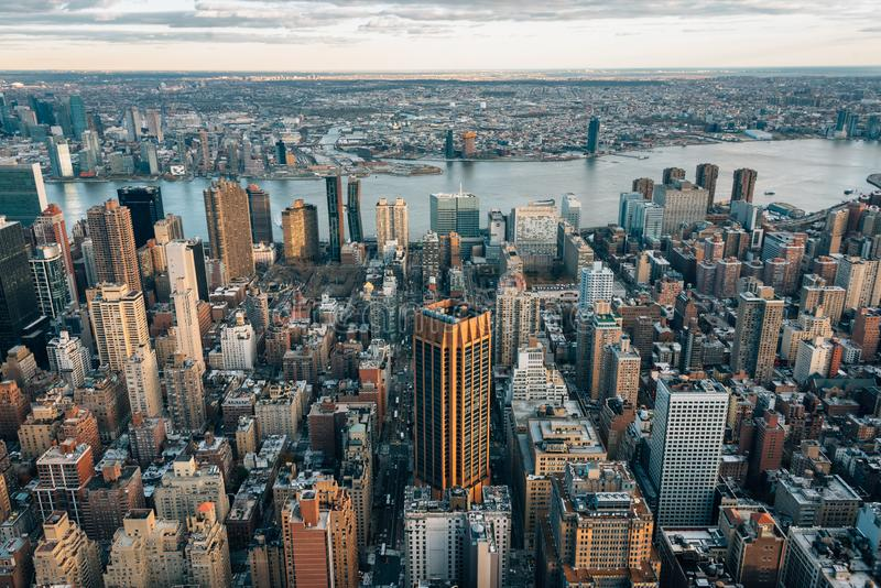 Ansicht von Gebäuden in Midtown Manhattan und im East River, in New York City lizenzfreies stockfoto