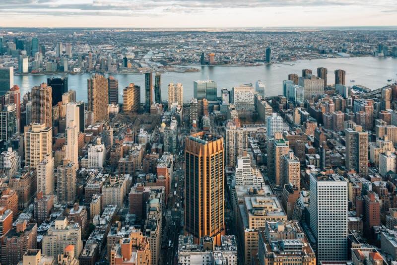 Ansicht von Geb?uden in Midtown Manhattan und im East River, in New York City lizenzfreie stockfotos