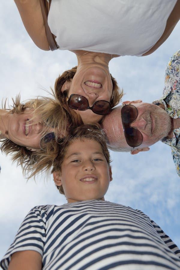 Ansicht von glücklichem unter vier Leuten mit Köpfen zusammen lizenzfreies stockbild