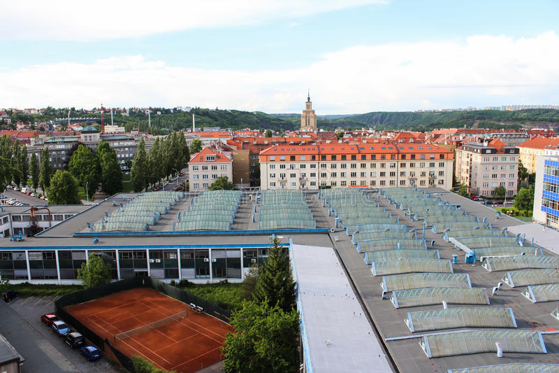 Ansicht von Glasdächern und von Tennisplatz prag Tschechische Republik lizenzfreies stockfoto