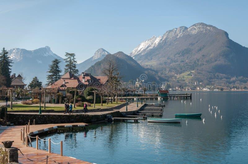 Ansicht von Gummilack d ?Annecy und von Bergen von Talloires in Frankreich lizenzfreies stockbild
