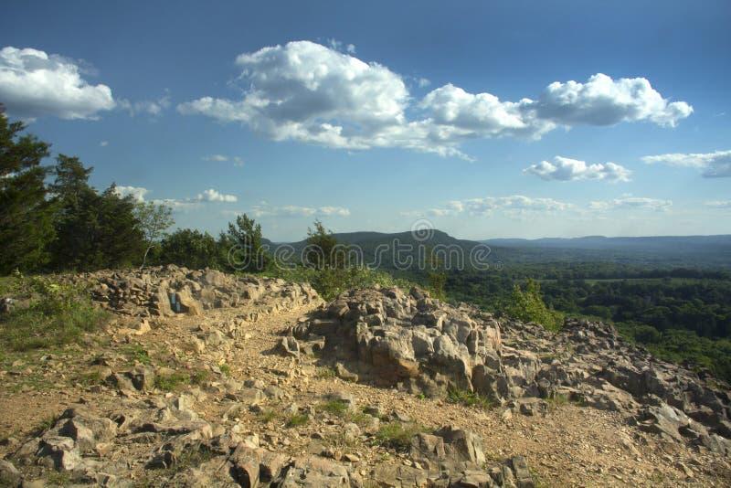 Ansicht von hängenden Hügeln von den Klippen des zackigen Berges, Berlin, Connecticut lizenzfreies stockfoto