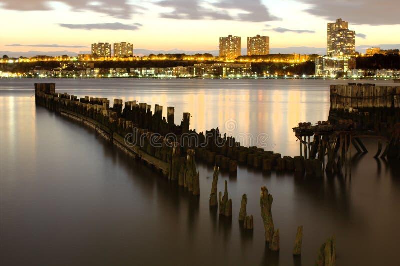 Ansicht von hölzernen pilotis auf Hudson River und dem New-Jersey im Hintergrund lizenzfreie stockfotografie