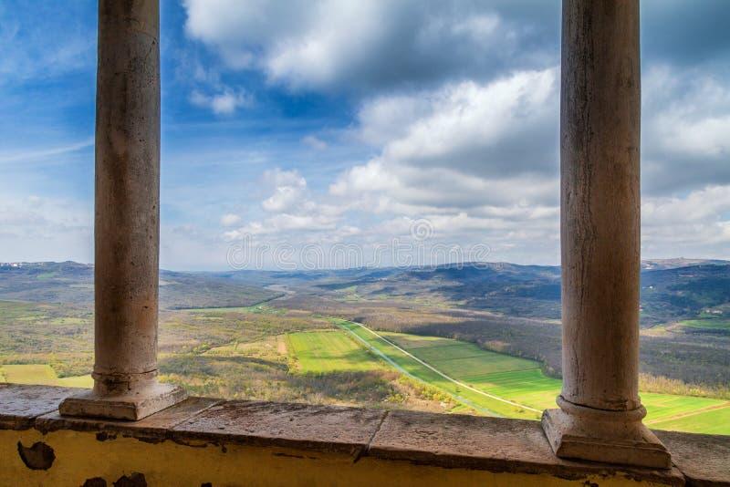 Ansicht von historischer Stadt Motovun auf der Gebirgslandschaft lizenzfreie stockfotos