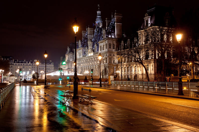 Rathaus in Paris nachts stockfotos