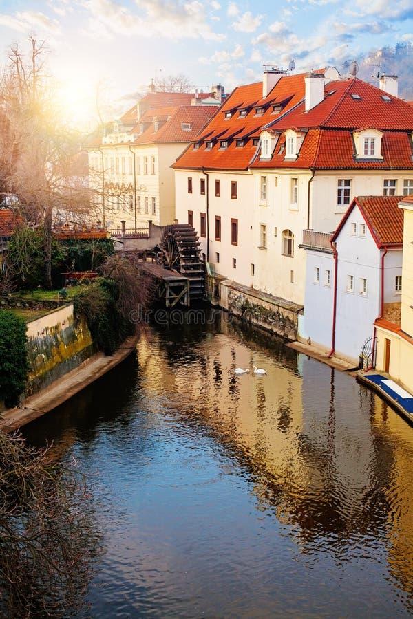 Ansicht von Hrandcany Hügel Certovka-Fluss und und alte Wasserradmühle in Prag stockfoto