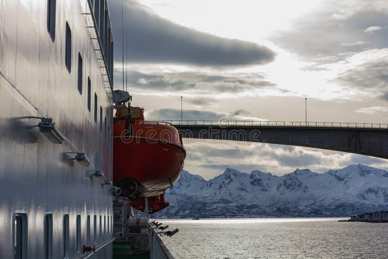 Ansicht von hurtigruten Schiff nordnorge zu einer Fjordbrücke lizenzfreie stockfotografie