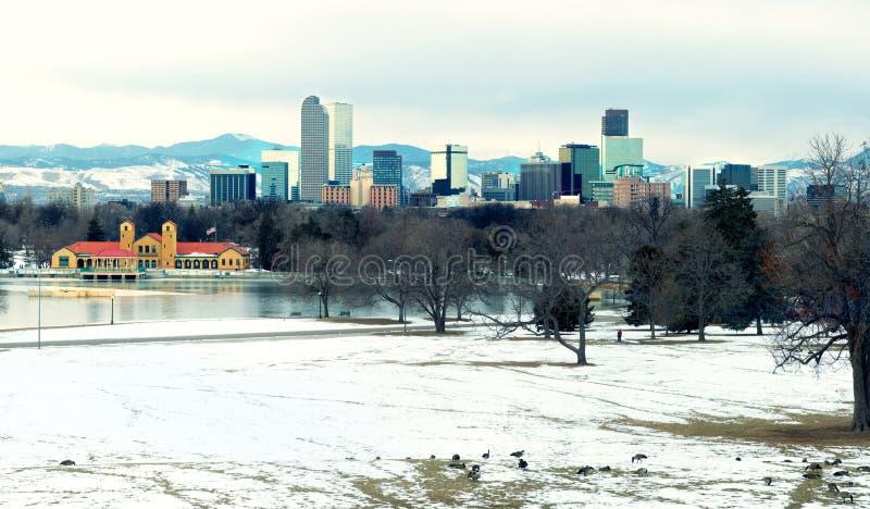 Ansicht von im Stadtzentrum gelegenem Denver den See und die Gänse im foregr glättend lizenzfreie stockbilder