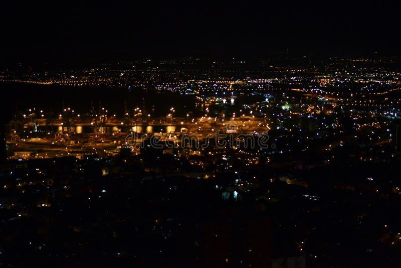 Ansicht von im Stadtzentrum gelegenem Haifa und von Hafen von den Bahai-Gärten auf Mt Carmel nachts, Israel lizenzfreies stockfoto