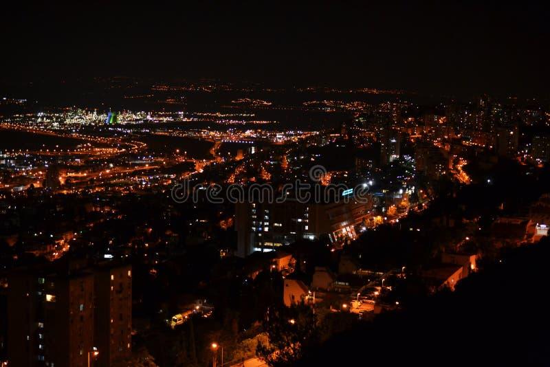 Ansicht von im Stadtzentrum gelegenem Haifa und von Hafen von den Bahai-Gärten auf Mt Carmel nachts, Israel stockfoto