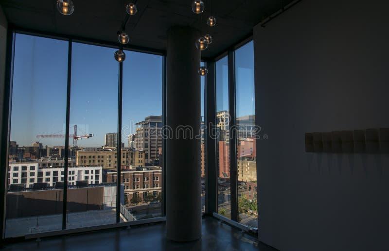 Ansicht von im Stadtzentrum gelegenem Minneapolis von einer Dachbodenwohnung stockfoto