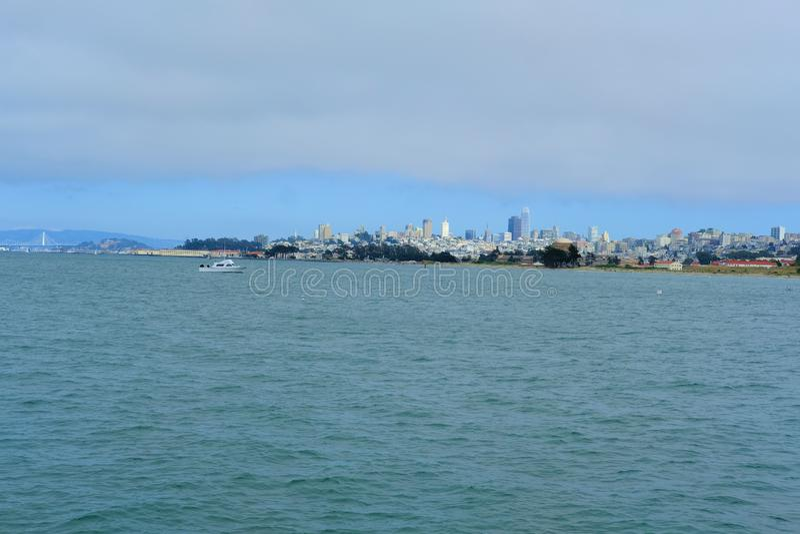 Ansicht von im Stadtzentrum gelegenem San Francisco von Marine Drive beim Presidio in San Francisco, Kalifornien stockbild