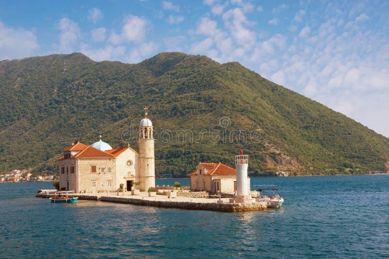 Ansicht von Insel unserer Dame der Felsen am sonnigen Sommertag Montenegro, adriatisches Meer, Bucht von Kotor, Perast lizenzfreies stockfoto