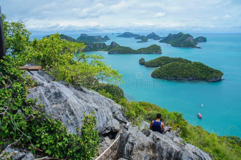 Ansicht von Inseln und von bewölktem Himmel vom Standpunkt von MU Ko Ang Thong National Marine Park nahe Ko Samui im Golf von Tha lizenzfreie stockfotografie