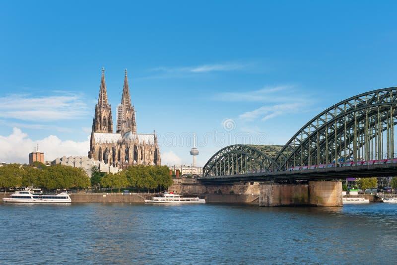 Ansicht von Köln über dem Rhein stockfotografie