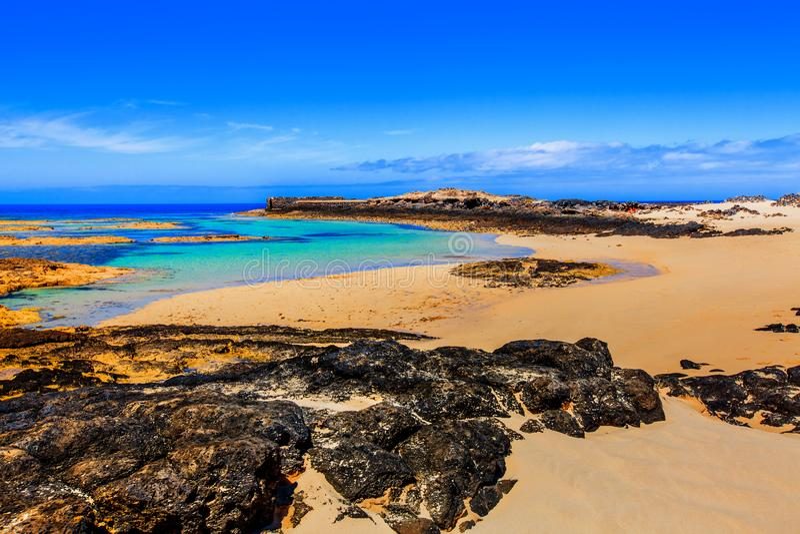 Ansicht von Küste EL Cotillo, wenn seinen Schluchten und Meereswellen auf Klippen und weißem Strand zusammenstoßen, Fuerteventura stockfotos