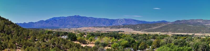 Ansicht von Kanarraville-Tal und Gebirgszug von Wanderweg zu Wasserfälle in der Kanarra-Nebenfluss-Schlucht durch Zion National P lizenzfreie stockfotos