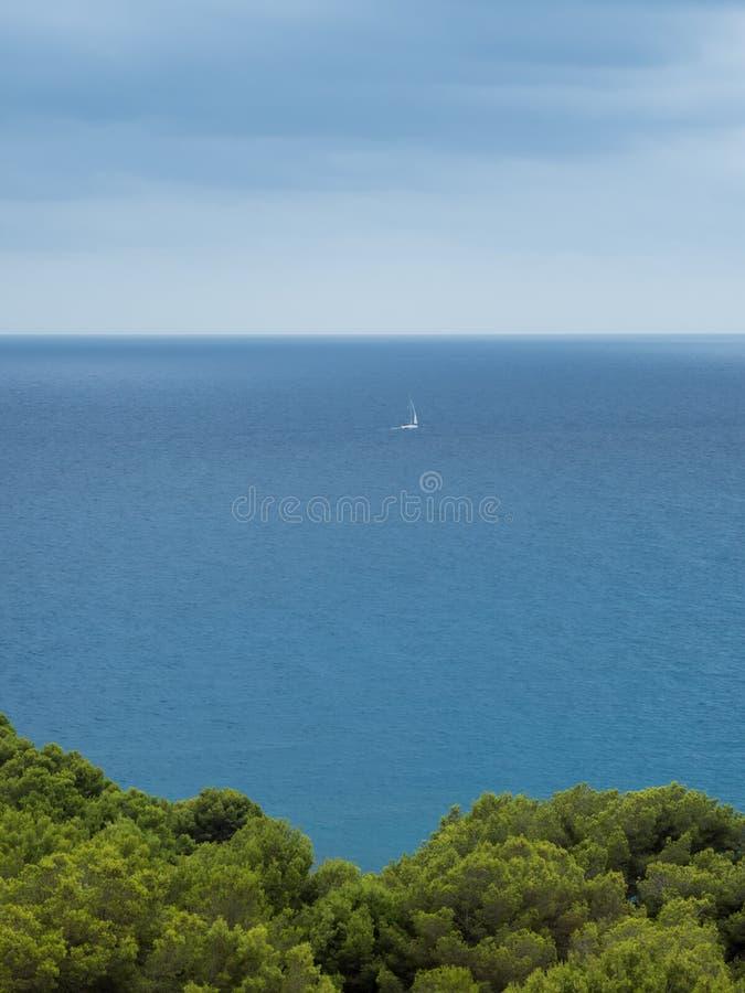Ansicht von Kappe vermell auf dem Meer und dem Horizont, canyamel lizenzfreie stockfotografie