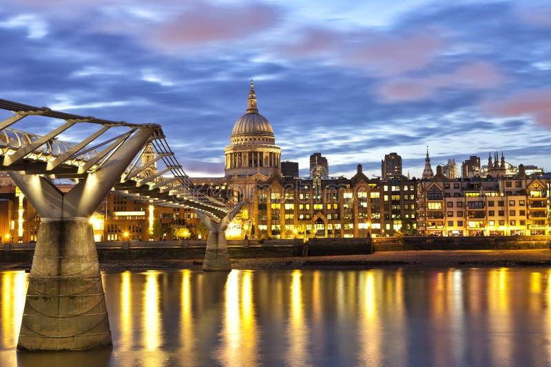 Ansicht von Kathedrale London-St. Pauls über der Themse auf einer bewölkten Nacht lizenzfreies stockbild