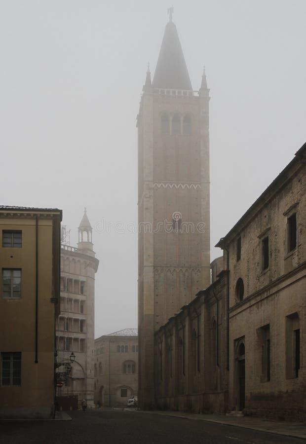 Ansicht von Kathedrale Turm und Baptistery in Parma lizenzfreies stockbild