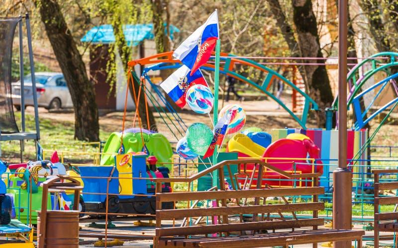 Ansicht von Kind-` s Anziehungskräften im Park, Goryachy Klyuch, Russland lizenzfreie stockfotos