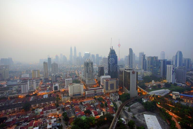Ansicht von Kuala Lumpur-Stadt während des schlechten Dunstes, am 5. März in Kuala Lumpur, Malaysia lizenzfreie stockfotografie