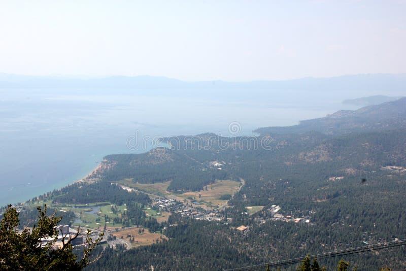 Ansicht von Lake Tahoe, von Gebäuden und von Küstenlinie vom Oberdeck der himmlischen Gondel stockfotografie