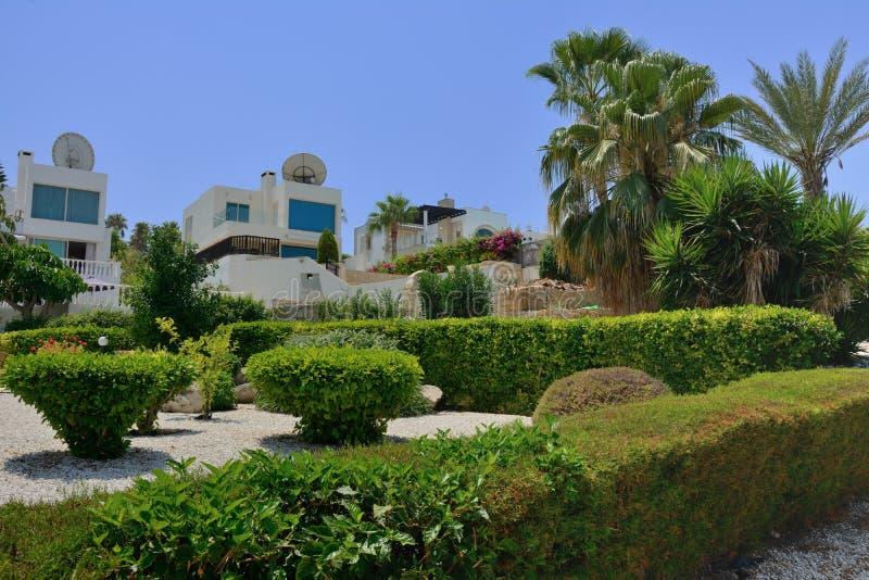 Ansicht von Landhäusern für Urlauber vor dem hintergrund der tropischen Anlagen und der Palmen stockbilder