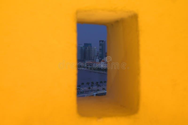 Ansicht von Luanda durch Fortaleza-Sao-Miguel-Wandfenster stockfoto