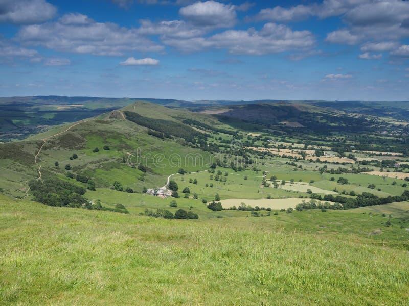 Ansicht von Mam-Felsen über Tälern Edale und der Hoffnung, hinterer Felsen und Hügel, Höchstbezirk, Großbritannien verlieren stockfoto