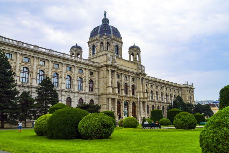 Ansicht von Maria Theresa Square mit dem Museum von Art History und dem Landschaftspark in Wien lizenzfreies stockfoto