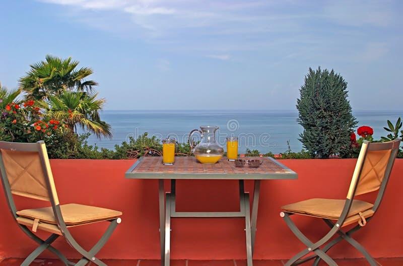 Ansicht von Meer und von blauem Himmel von der Terrasse im spanischen Landhaus. lizenzfreies stockfoto
