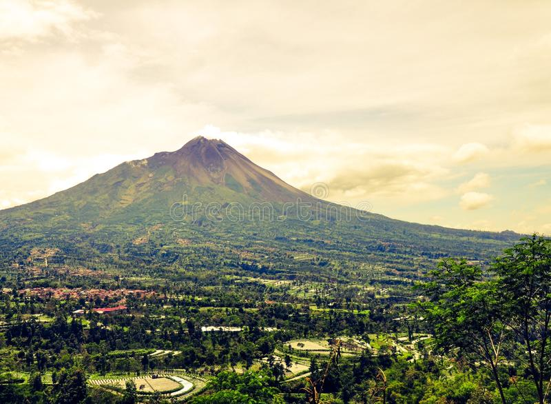 Ansicht von Merapi-Berg gesehen von Ketep-Durchlauf, Magelang, Indonesien stockbilder