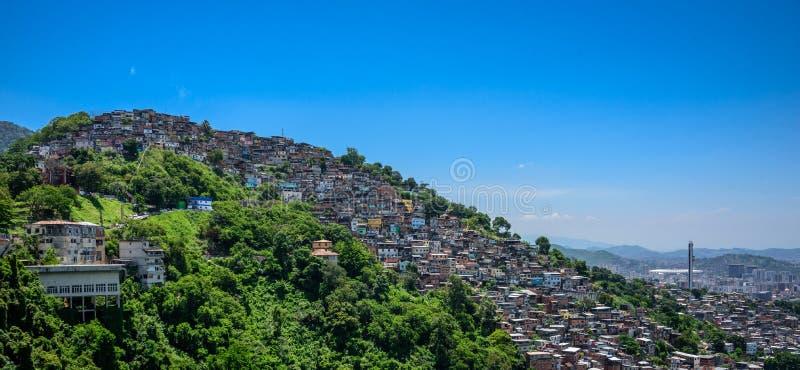 Ansicht von Mirante Dona Marta zum Hügel des Elendsviertels, favela MOR stockfotos