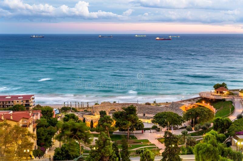 Ansicht von Mittelmeer und von Roman Amphitheatre in Tarragona, Spanien lizenzfreies stockfoto