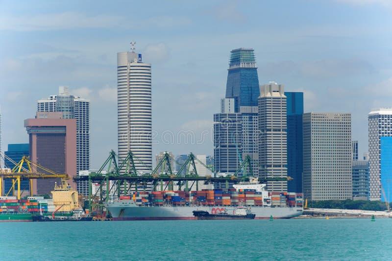 Ansicht von modernem und beschäftigtem Singapur Tanjong Pagar PSA trägt UmhüllungsFrachtschiffe stockbilder